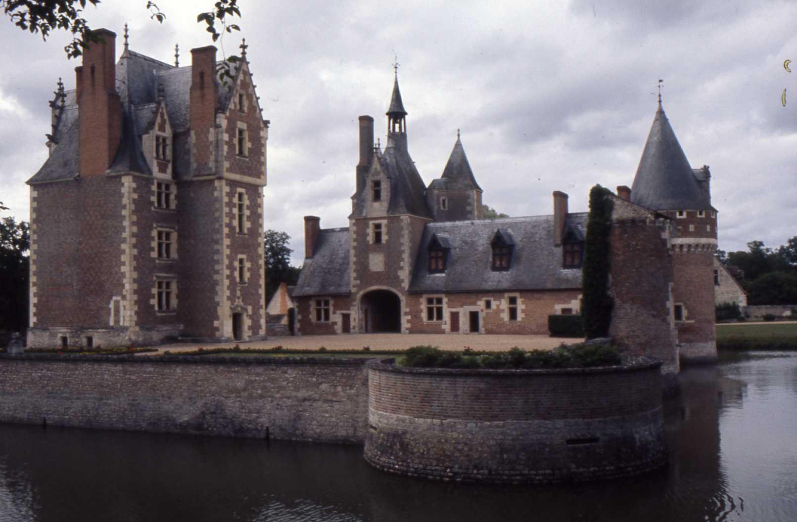 File ch teau du moulin loir et wikimedia commons - Brocante chateau du loir ...