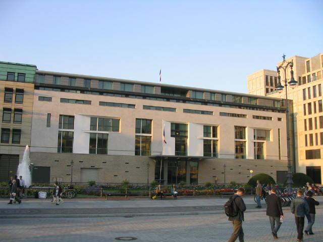 http://upload.wikimedia.org/wikipedia/commons/b/b9/Franz%C3%B6sische_Botschaft_Pariser_Platz_Berlin.jpg