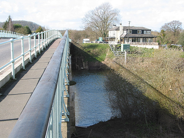 Haw Bridge crosses the Severn - geograph.org.uk - 717641