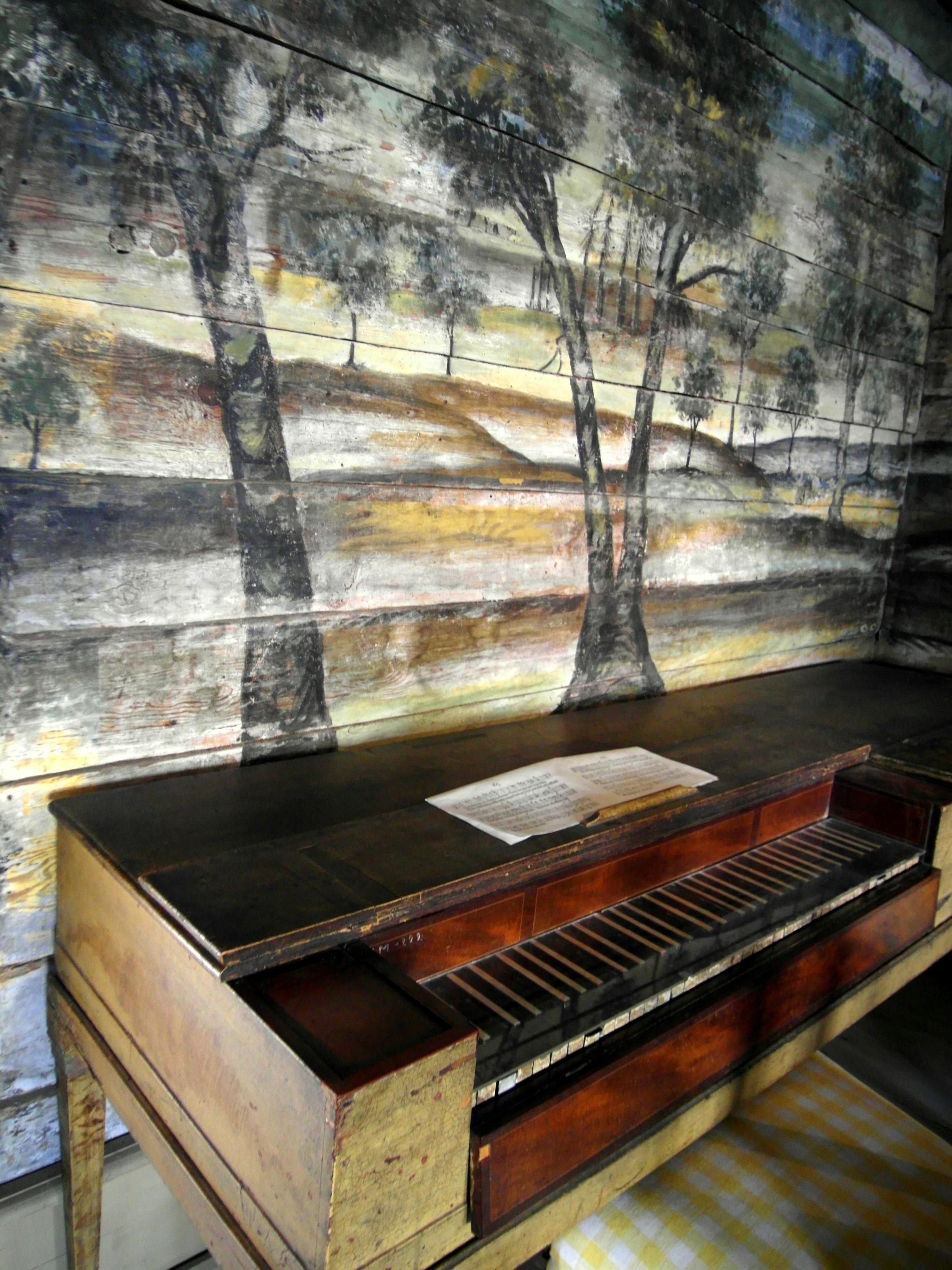 File:interördetalj, västra vrams prästgård   piano och målad vägg ...