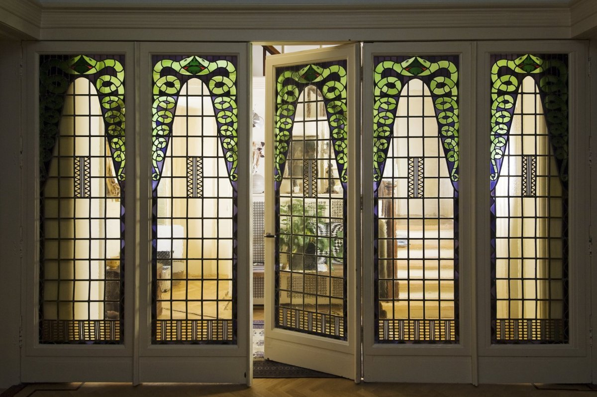 File:Interieur, de vouwdeuren met glas-in-loodramen in de woonkamer ...