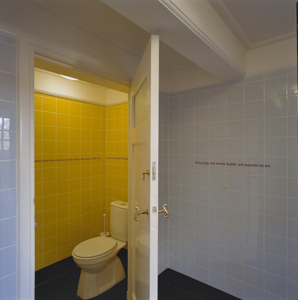 File interieur toilet en teksten op muur van jacob roggeveen in de oudbouw middelburg - Kleuren muur toilet ...