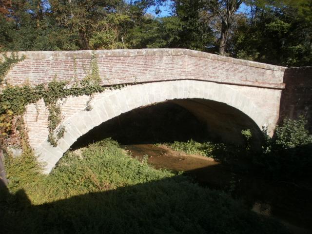 Le pont en arche adjacent au pont-canal de Négra permettant au chemin de halage de franchir le ruisseau