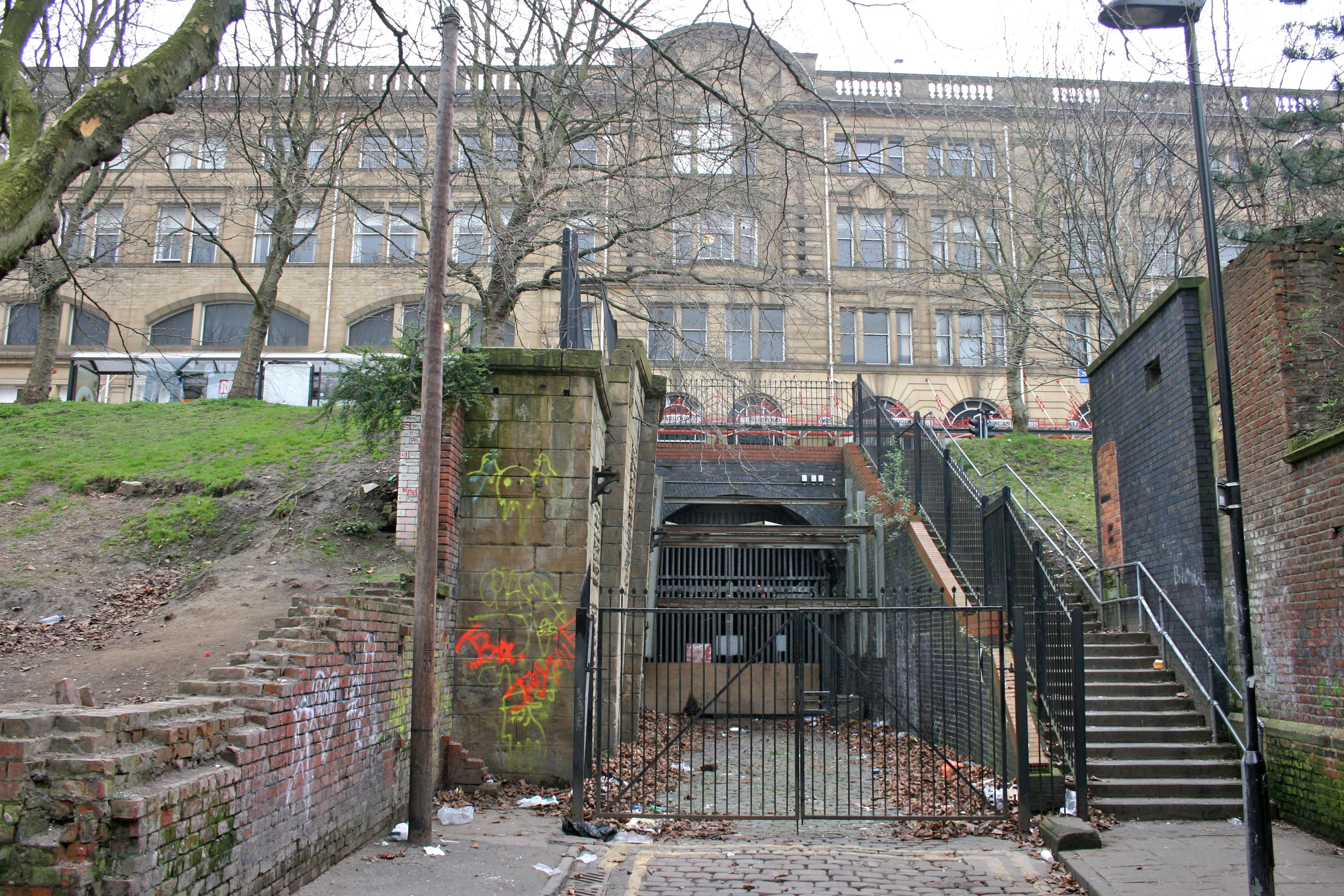 File:Manchester Victoria Station underground approach 2.jpg ...