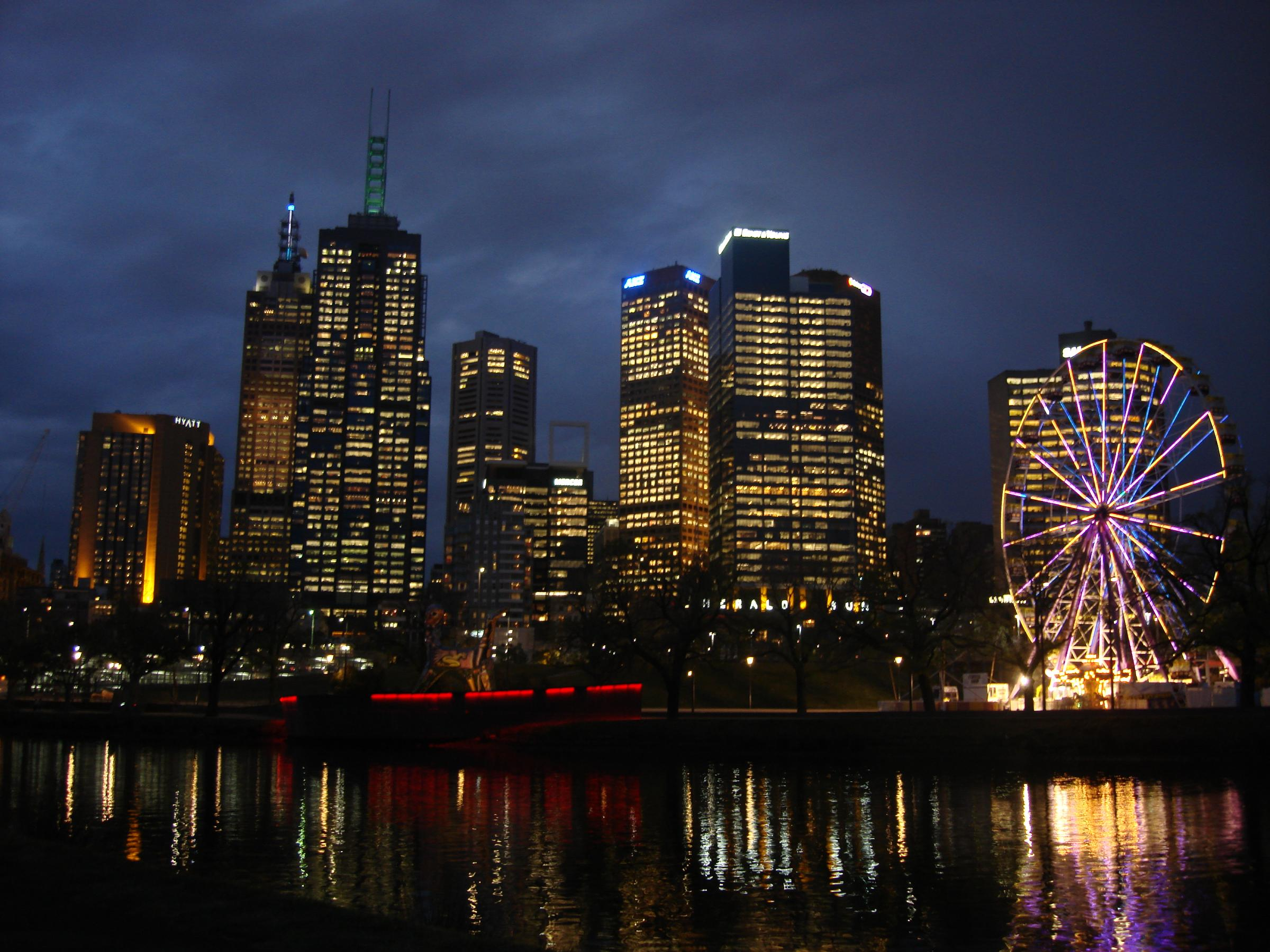 Melbourne_CBD_and_the_Yarra_river_at_dus