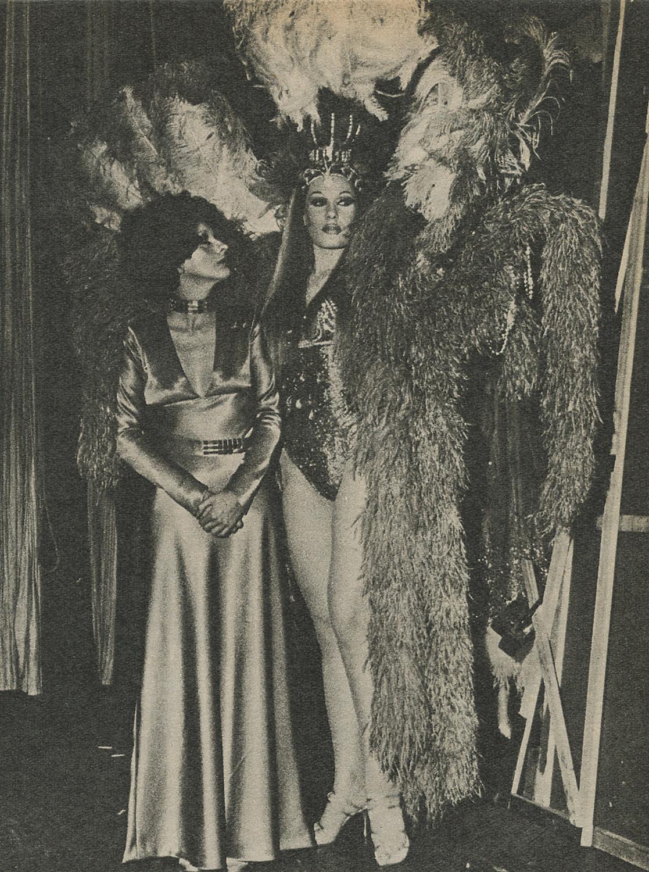 Nacha Guevara junto a la vedette Norma Pons en el Teatro Maipo, 1970