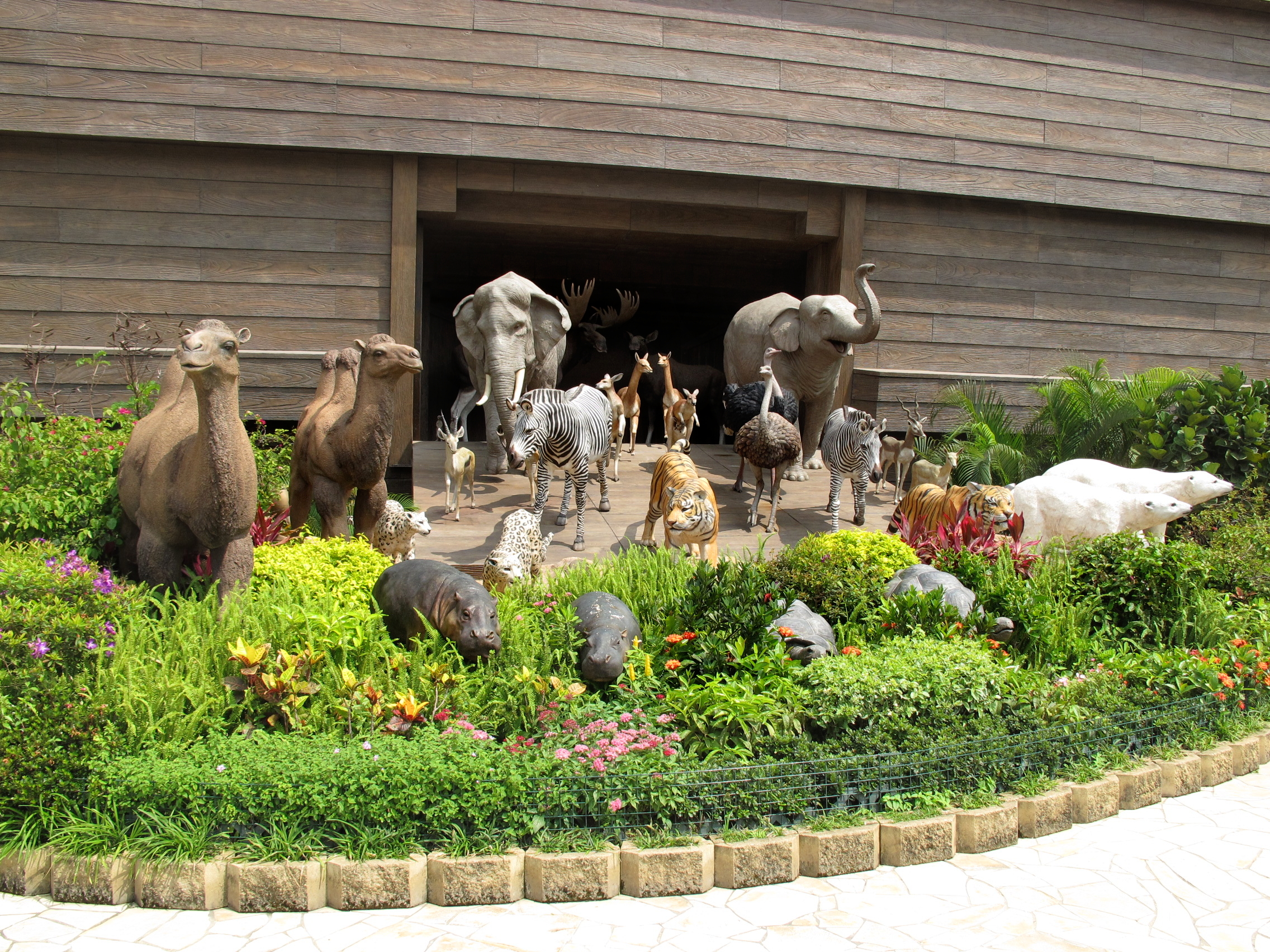 File Noahs Ark Animal1 Jpg Wikimedia Commons Noah S Ark While Animals Are Going To The Ark Drawing With Color