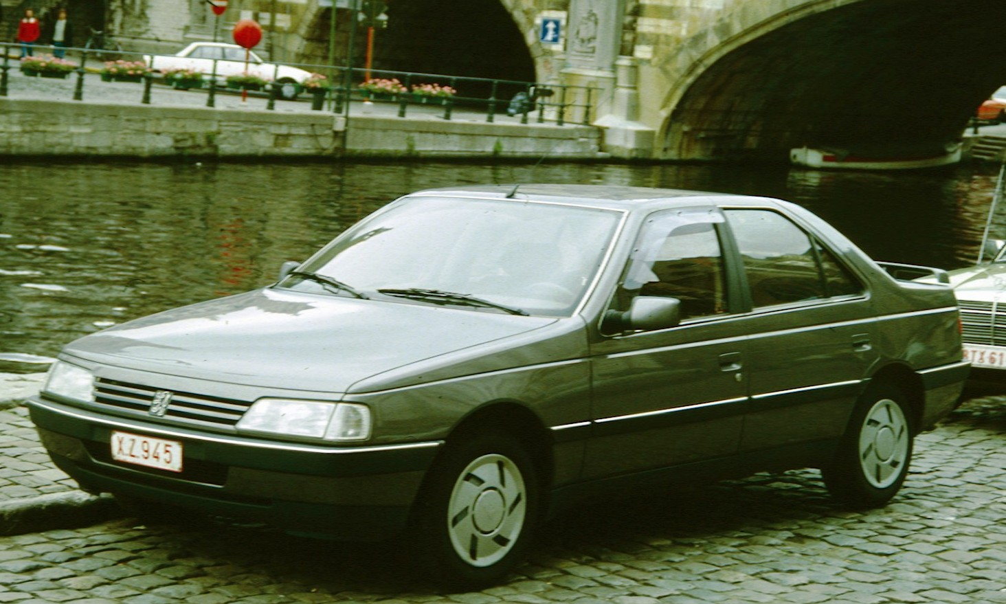 Description Peugeot 405 with canal in Belgium.jpg