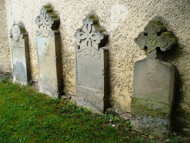 Les quatre pierres tombales du 18e siècle