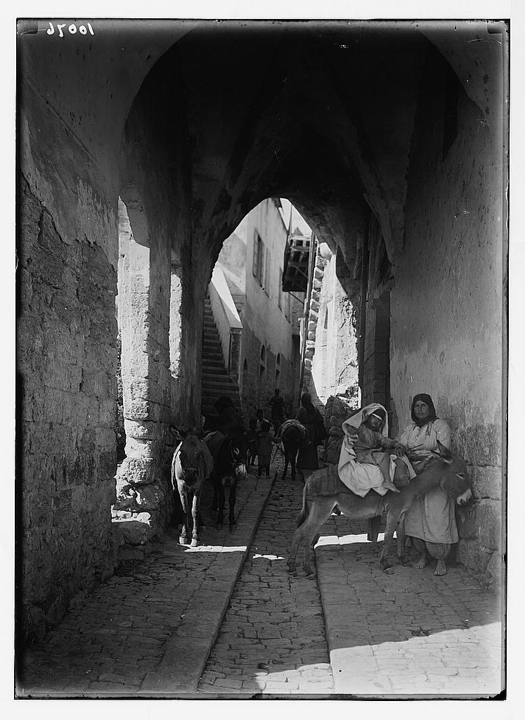 קשתות מעל לרחוב מקורה בנצרת