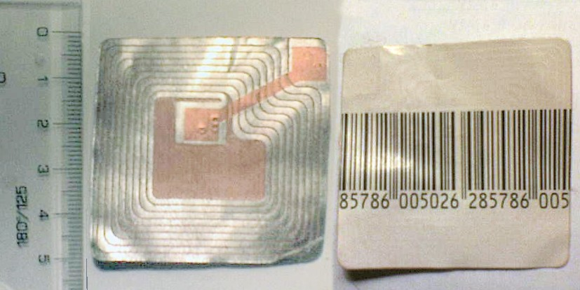 Quelle:wikipedia; RFID chip on a stick with bar code on the opposite site