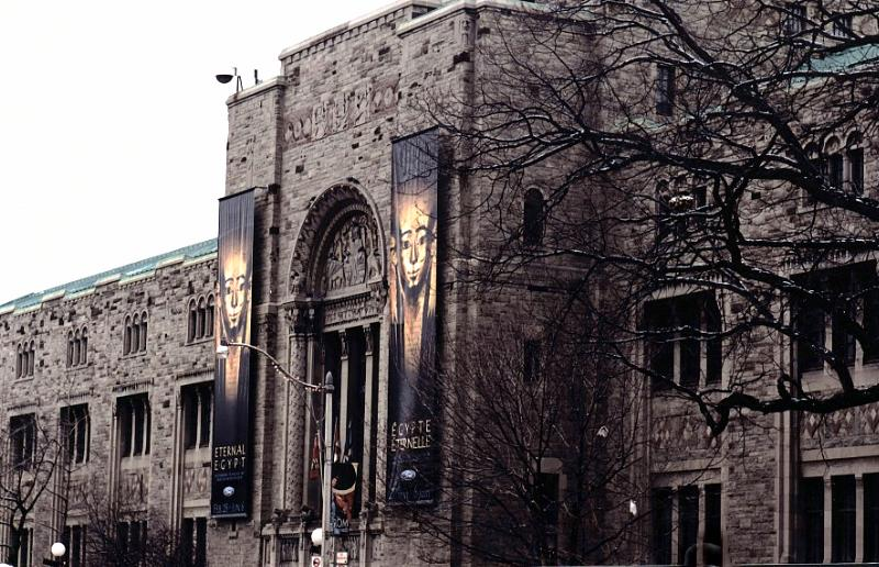 Archivo:Royal Ontario Museum (outside view, 2005).jpg