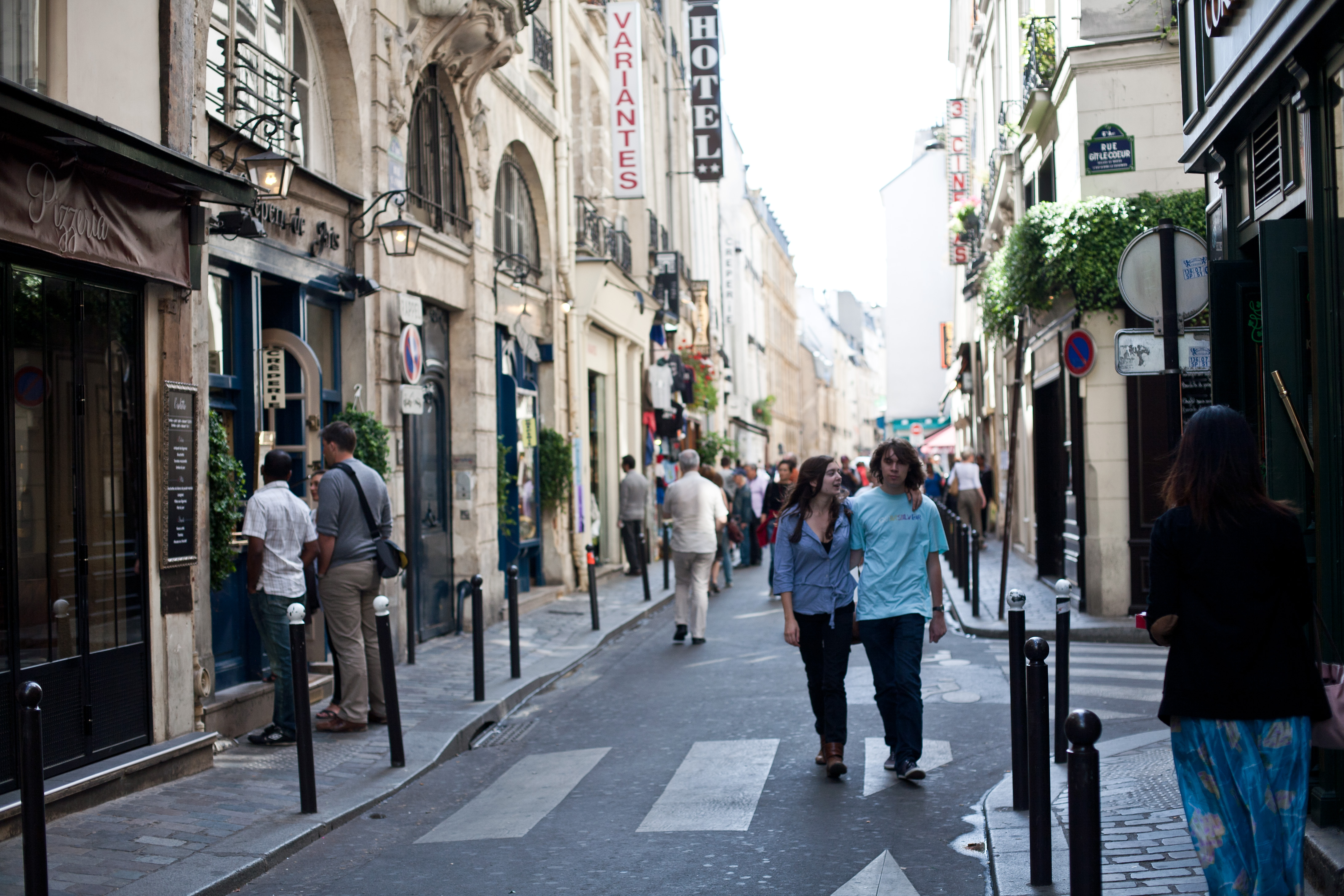 File:Rue St. Andre des Arts.jpg - Wikimedia Commons