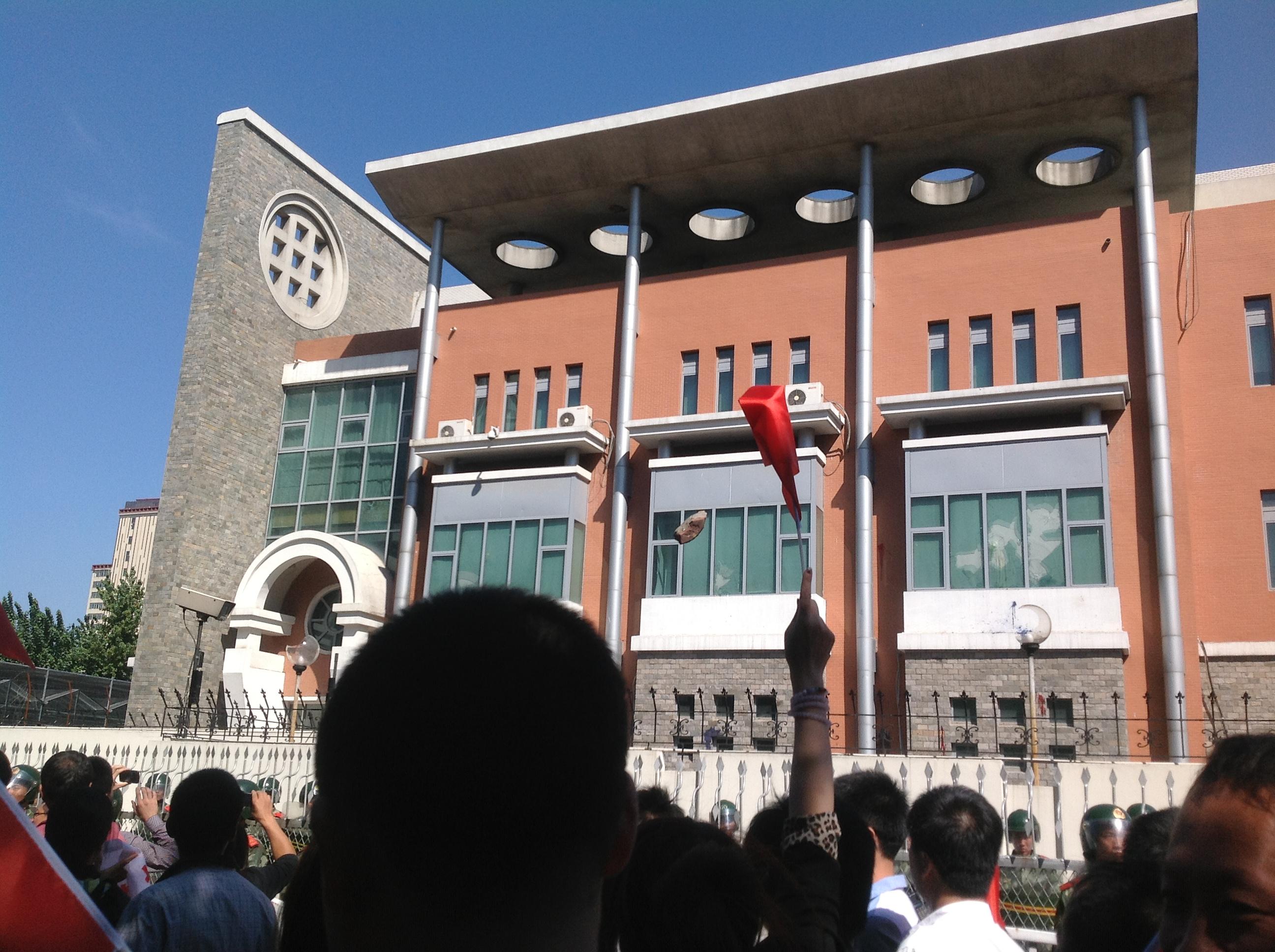 示威遊行者向日本領館投擲石塊