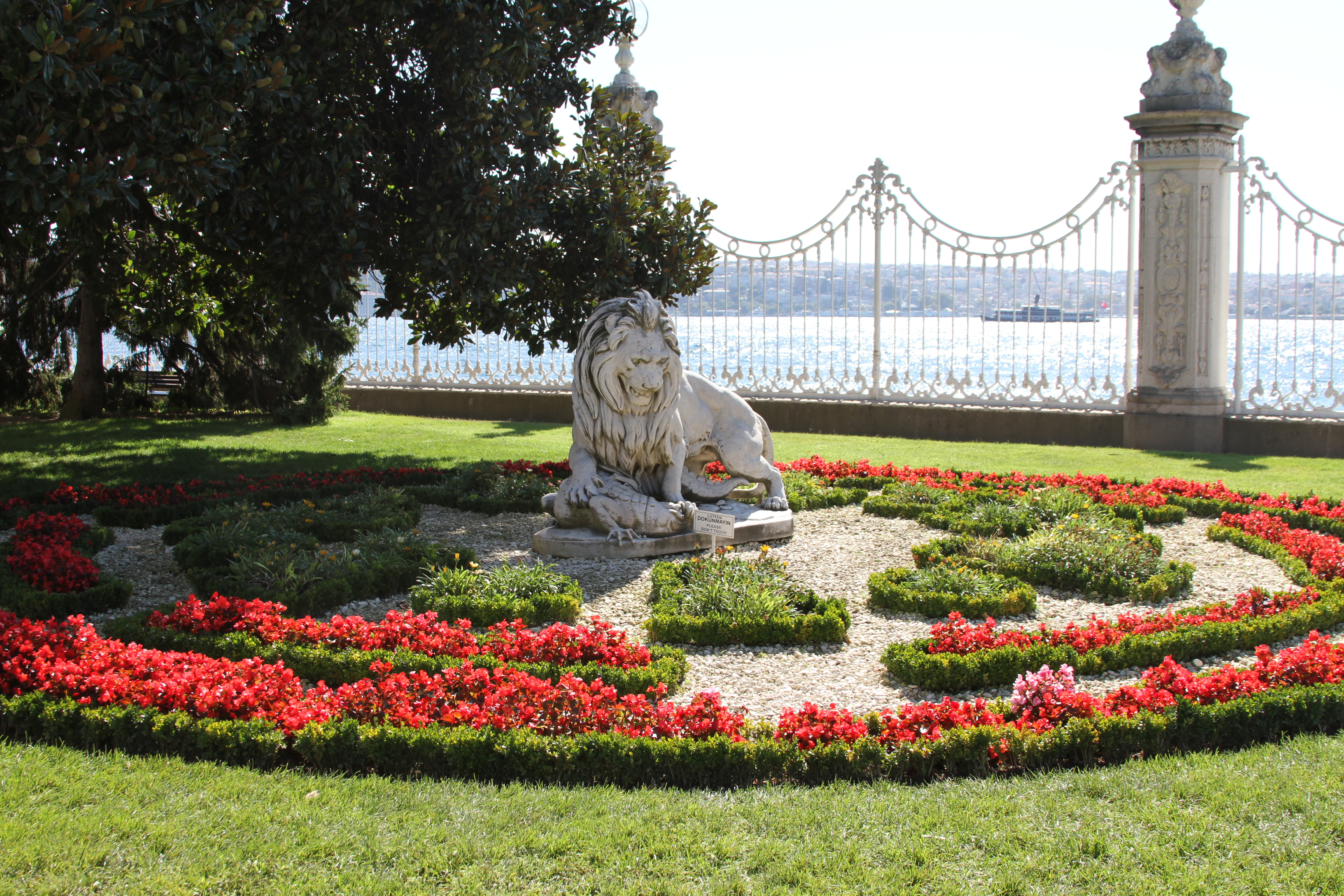 File:Statue of a lion in the garden of Dolmabahçe Palace ...