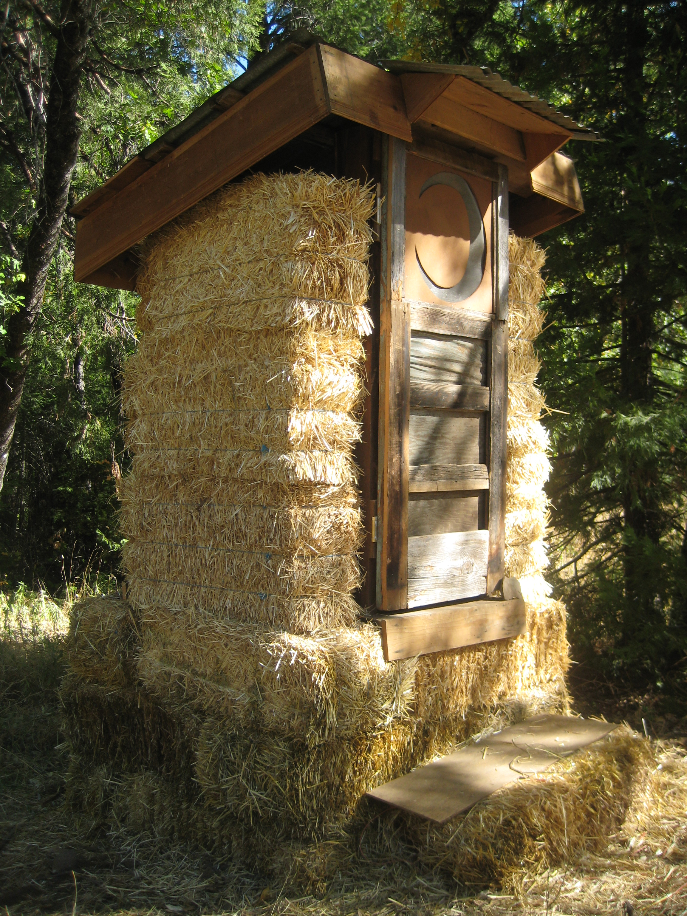 File Straw Bale Compost Toilet Jpg Wikimedia Commons