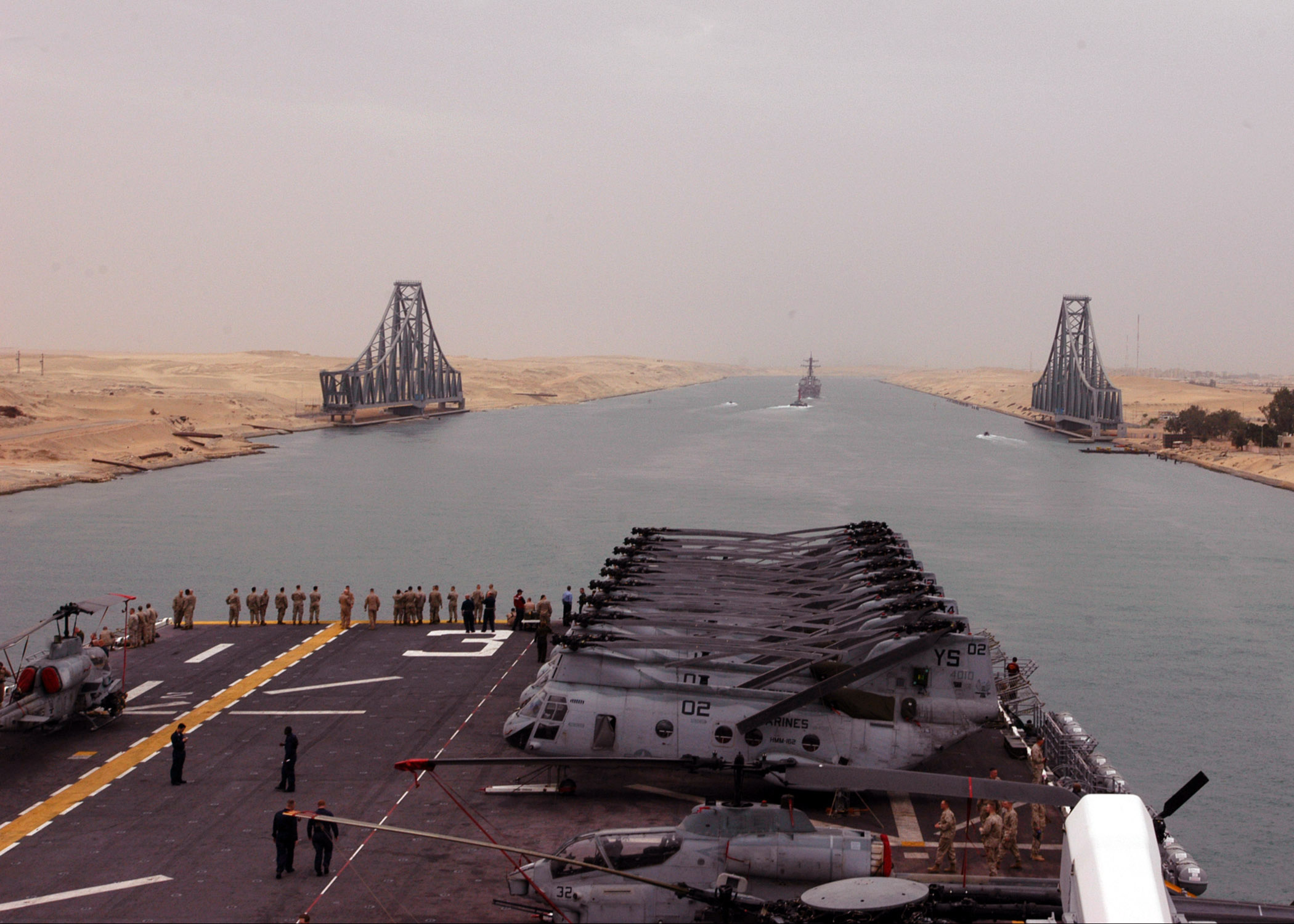 US_Navy_050422-N-3557N-016_The_amphibious_assault_ship%2C_USS_Kearsarge_%28LHD_3%29_transits_the_Suez_Canal_behind_the_guided_missile_destroyer_USS_Gonzalez_%28DDG_66%29.jpg