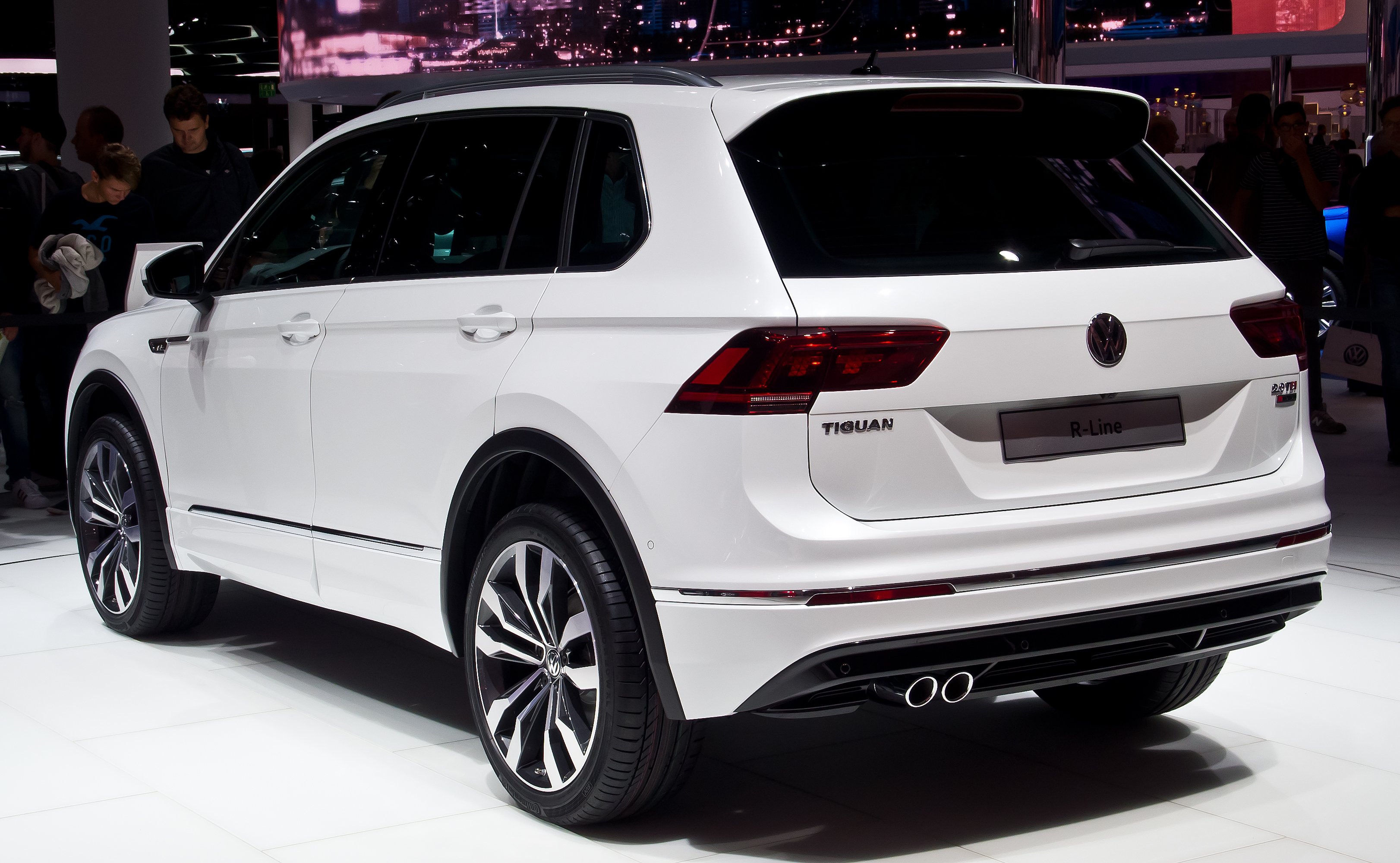 file vw tiguan 2 0 tdi 4motion r line ii heckansicht 1 19 september 2015. Black Bedroom Furniture Sets. Home Design Ideas