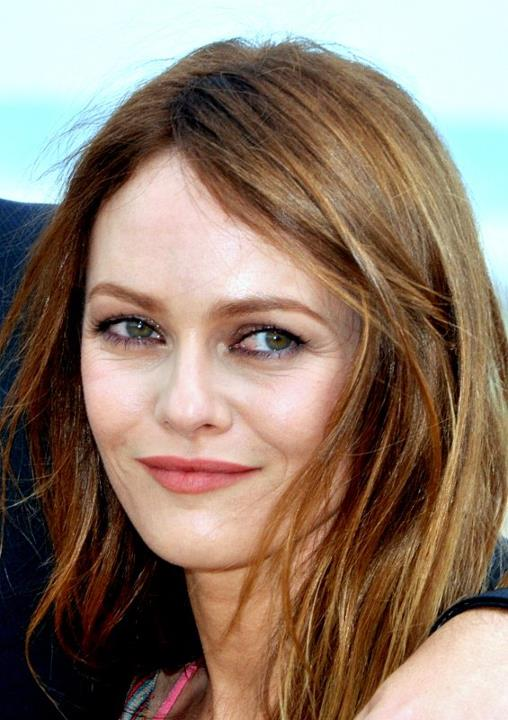 The 44-year old daughter of father André Paradis and mother Corinne Paradis, 160 cm tall Vanessa Paradis in 2017 photo