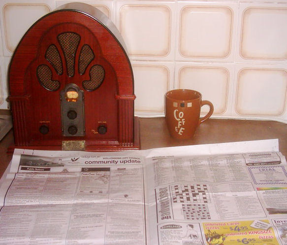 https://upload.wikimedia.org/wikipedia/commons/b/ba/Antique_radio_coffee_newspaper.JPG