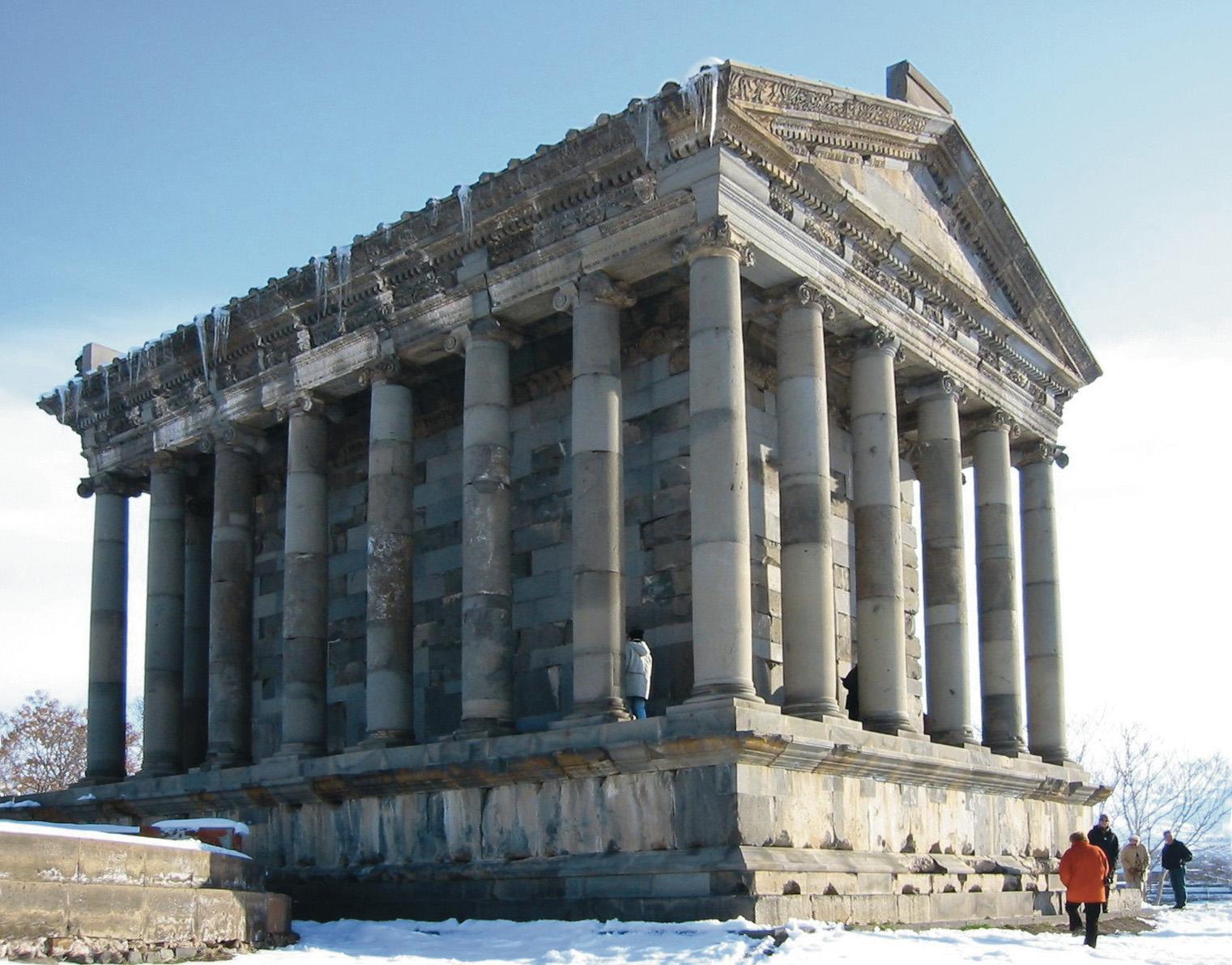 Der Tempel von Garni orientiert sich an hellenistisch-römischen Formen und wurde im 1. Jahrhundert v. Chr. errichtet. In der Neuzeit durch ein Erdbeben zerstört, wurde er im 20. Jahrhundert aus Originalteilen wieder errichtet.