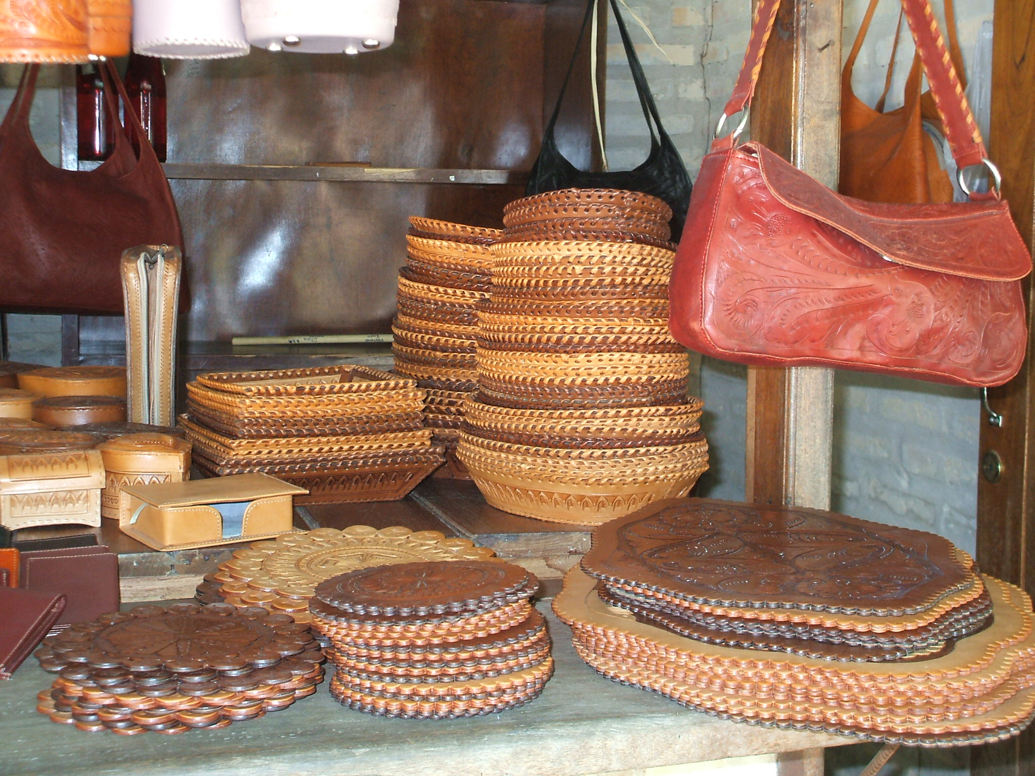 24b168689090 File:Artesanía en Cuero, Atyra3.jpg - Wikimedia Commons