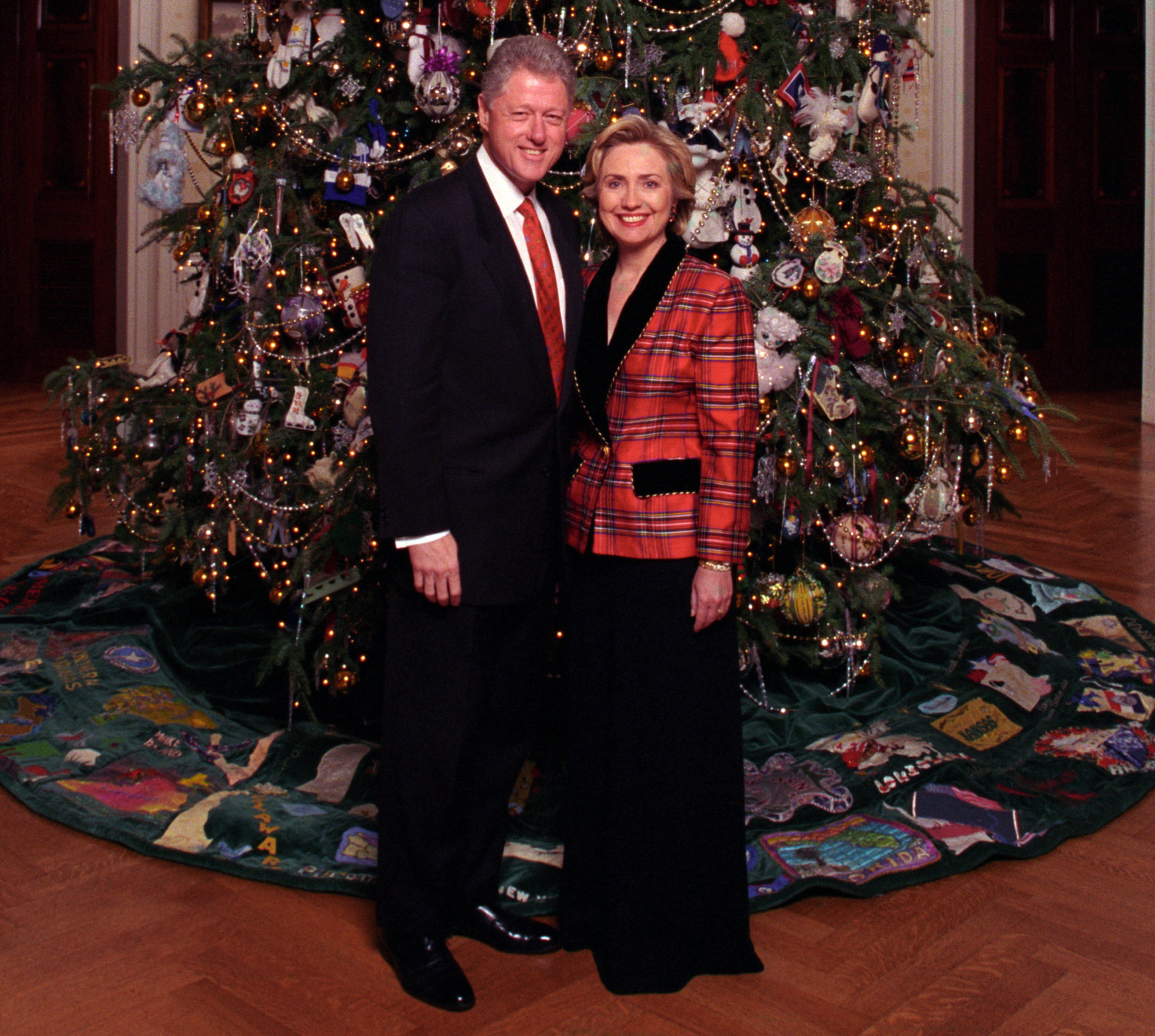 File:Bill and Hillary Clinton Christmas Portrait 1998 2 (cropped1 ...