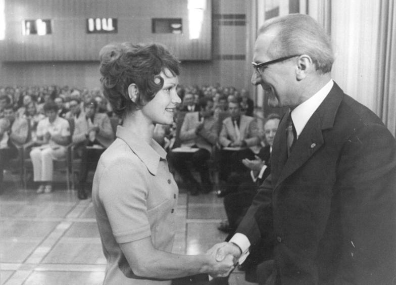 File:Bundesarchiv Bild 183-L1027-039, Berlin, Auszeichnung von DDR-Olympia-Teilnehmern.jpg