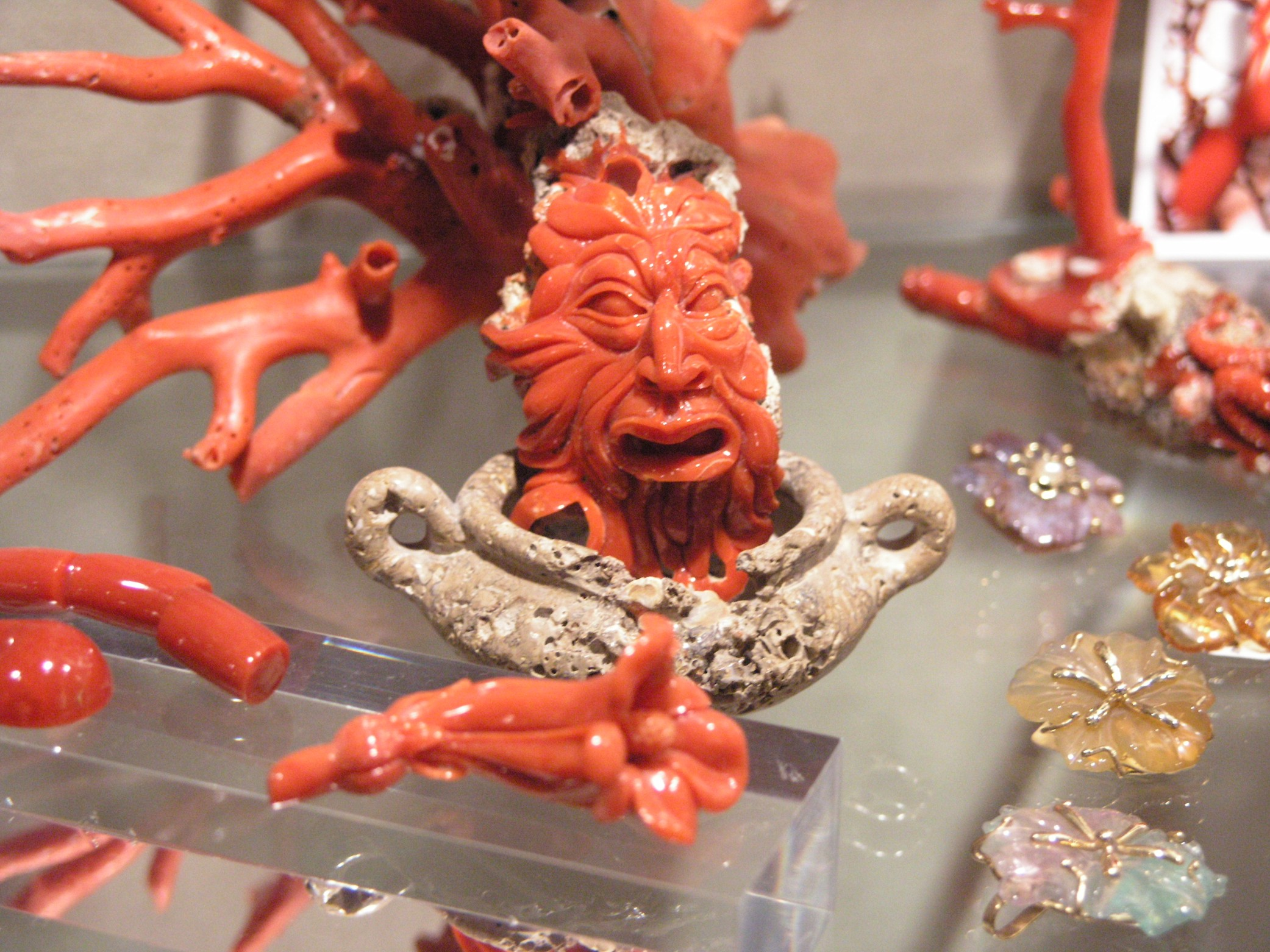 File:Corallo rosso - lavorazione artistica - Alghero Sardinia.jpg -  Wikimedia Commons