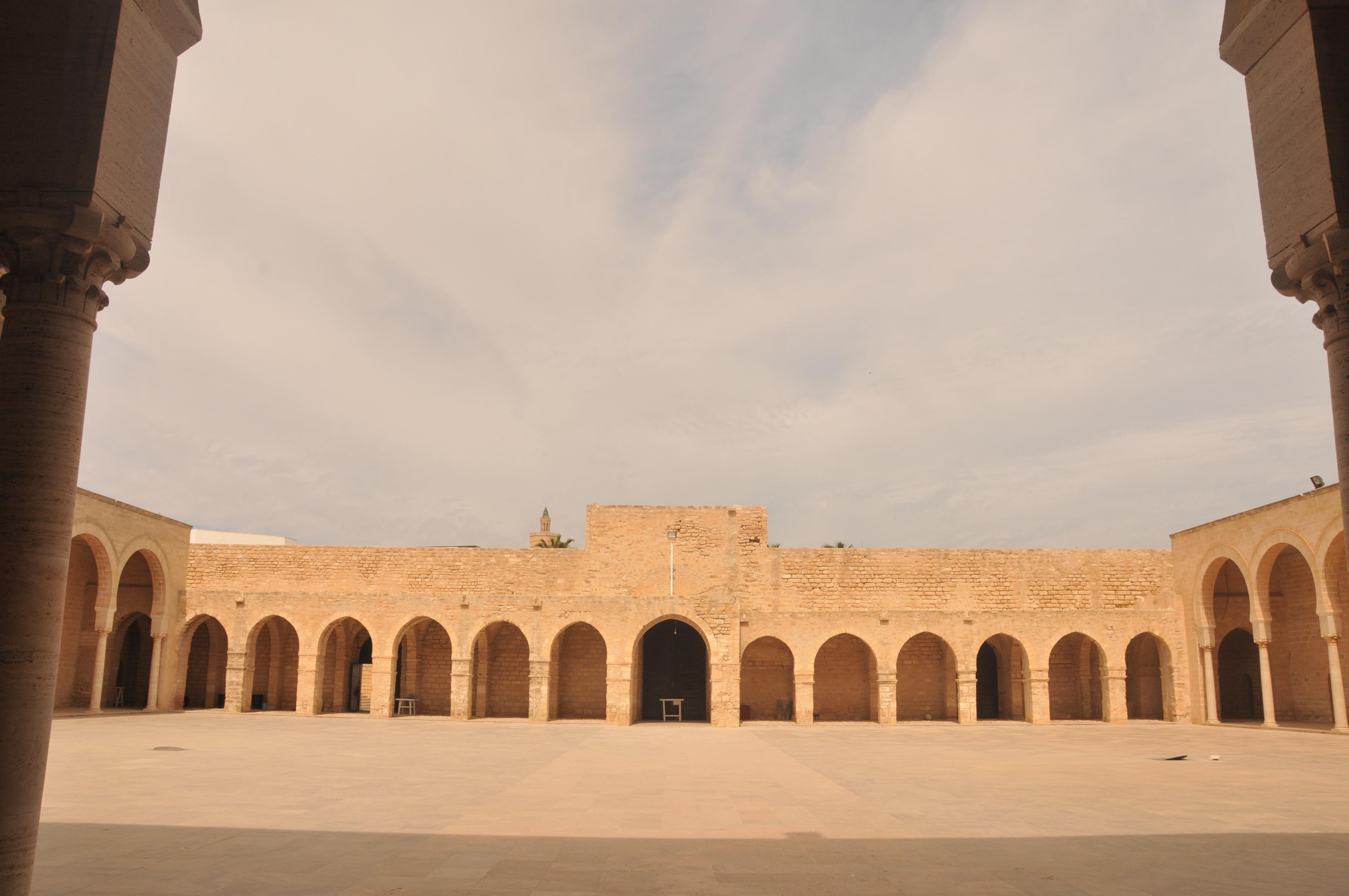 التعريف بتونس كبلد سياحي المعلومات CourGrandeMosqueMahdia.JPG