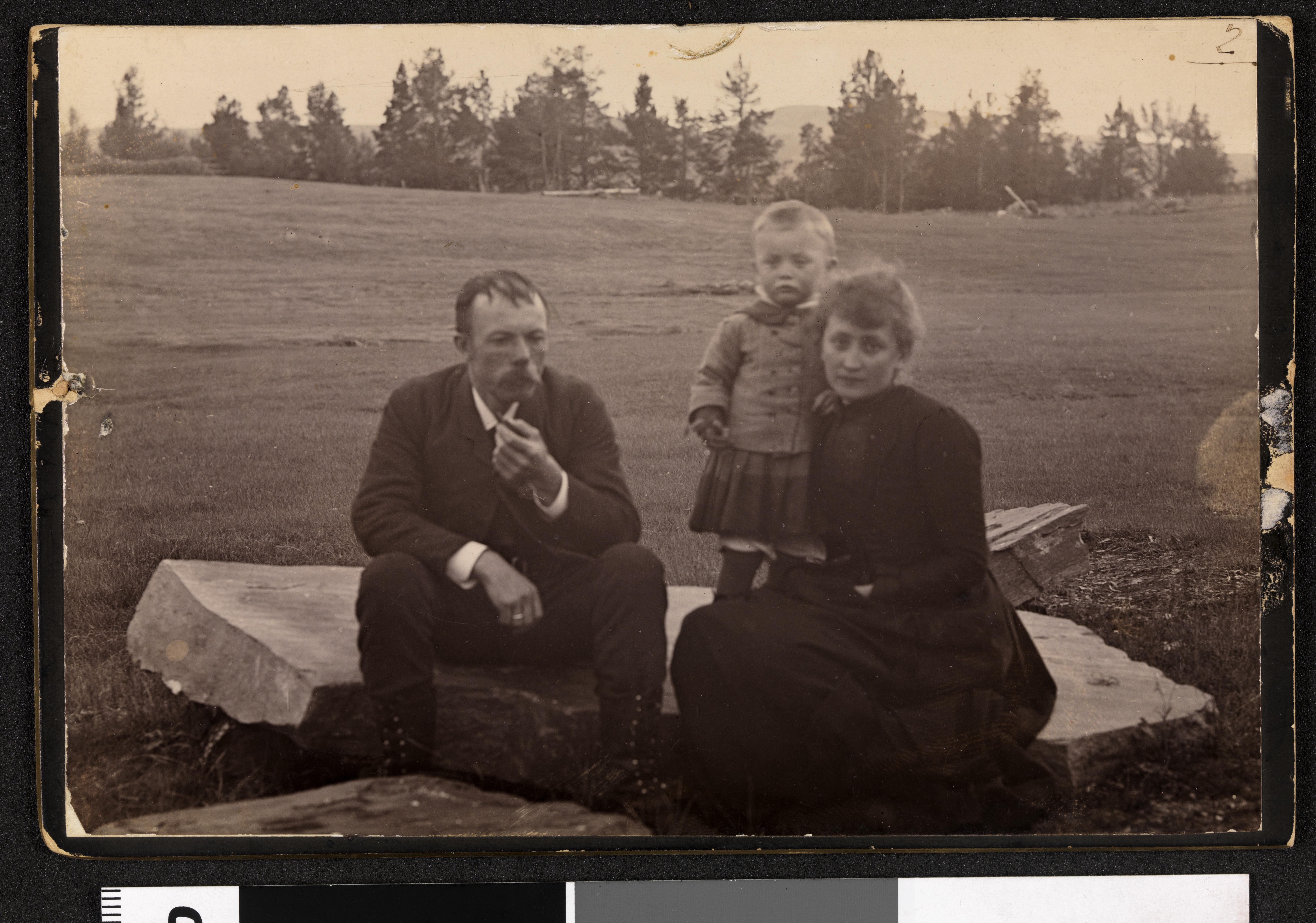 Filefamileportrett Av Arne Og Hulda Garborg Med Sønnen Arne Olaus