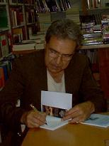 Francisco Alarcon firmando.jpg