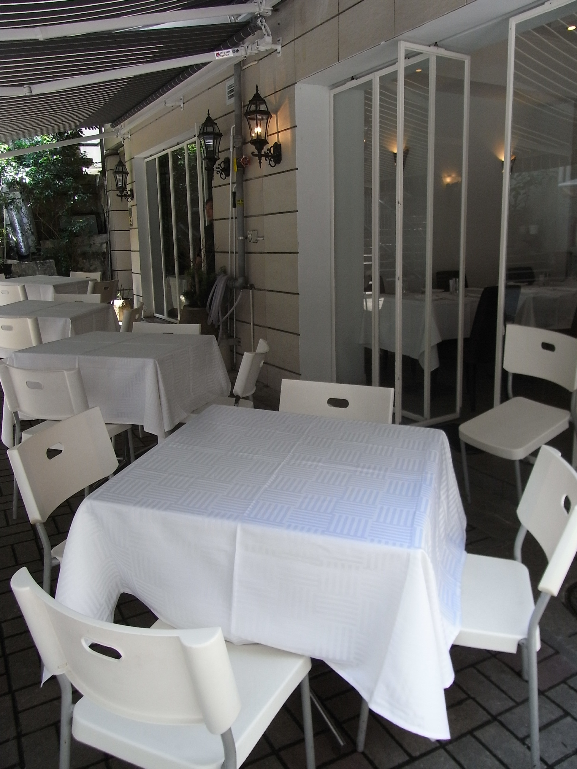 File:HK Sheung Wan 40-42 Gough Stree restaurant furniture white cotton table cover