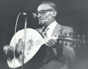 Hédi Jouini jouant de l'oud