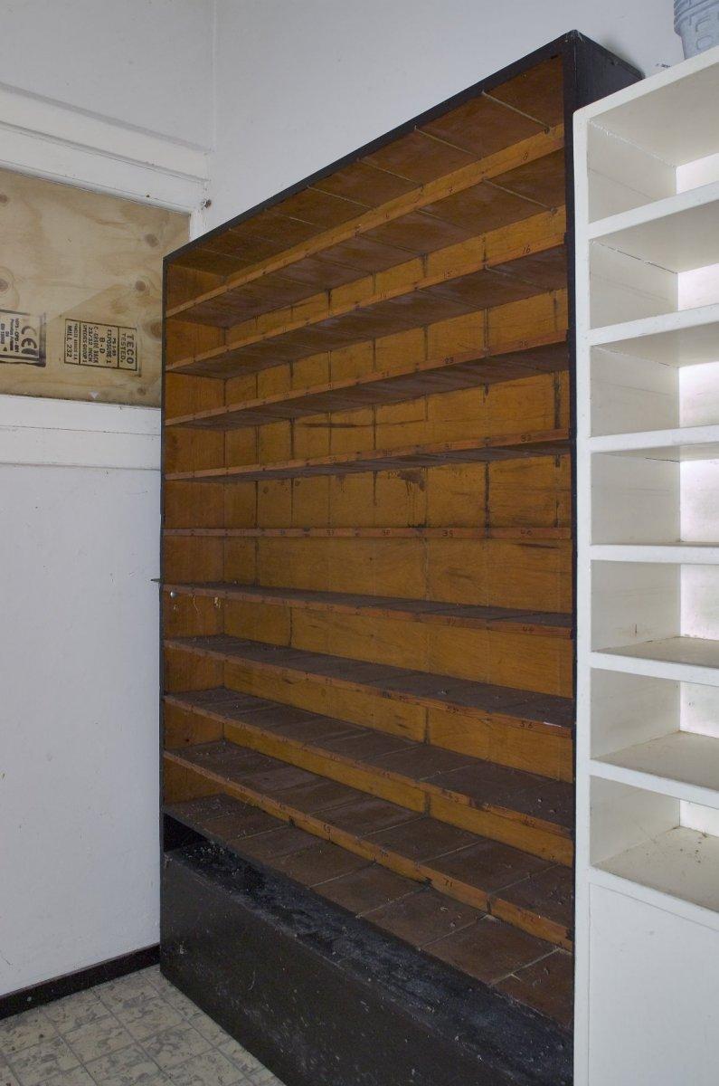 File:Interieur, overzicht houten bewaarkast in de kassaruimte ...