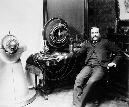 ג'ון קילי לצד המנוע שלו [ויקיפדיה] - הפודקאסט עושים היסטוריה
