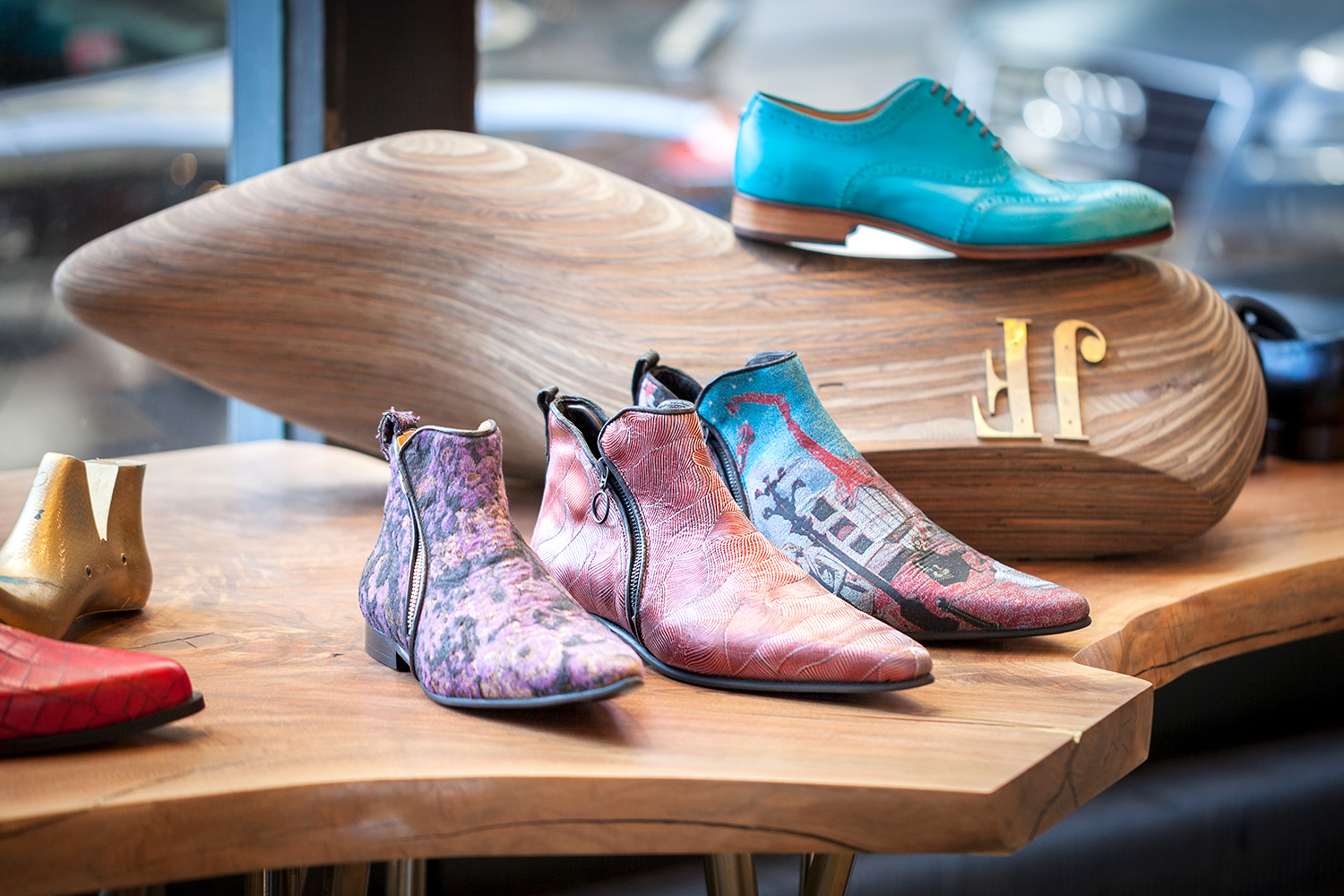 https://upload.wikimedia.org/wikipedia/commons/b/ba/John_Fluevog_Shoes%2C_37_Main_Street%2C_Brooklyn_NY.jpg