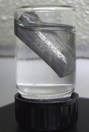 Litio flotando en aceite