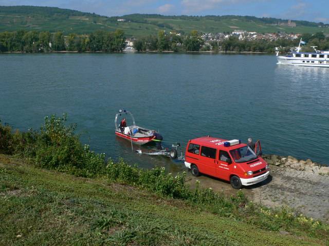File:Loading a fire service launch near Bingen - geo.hlipp.de - 21422.jpg