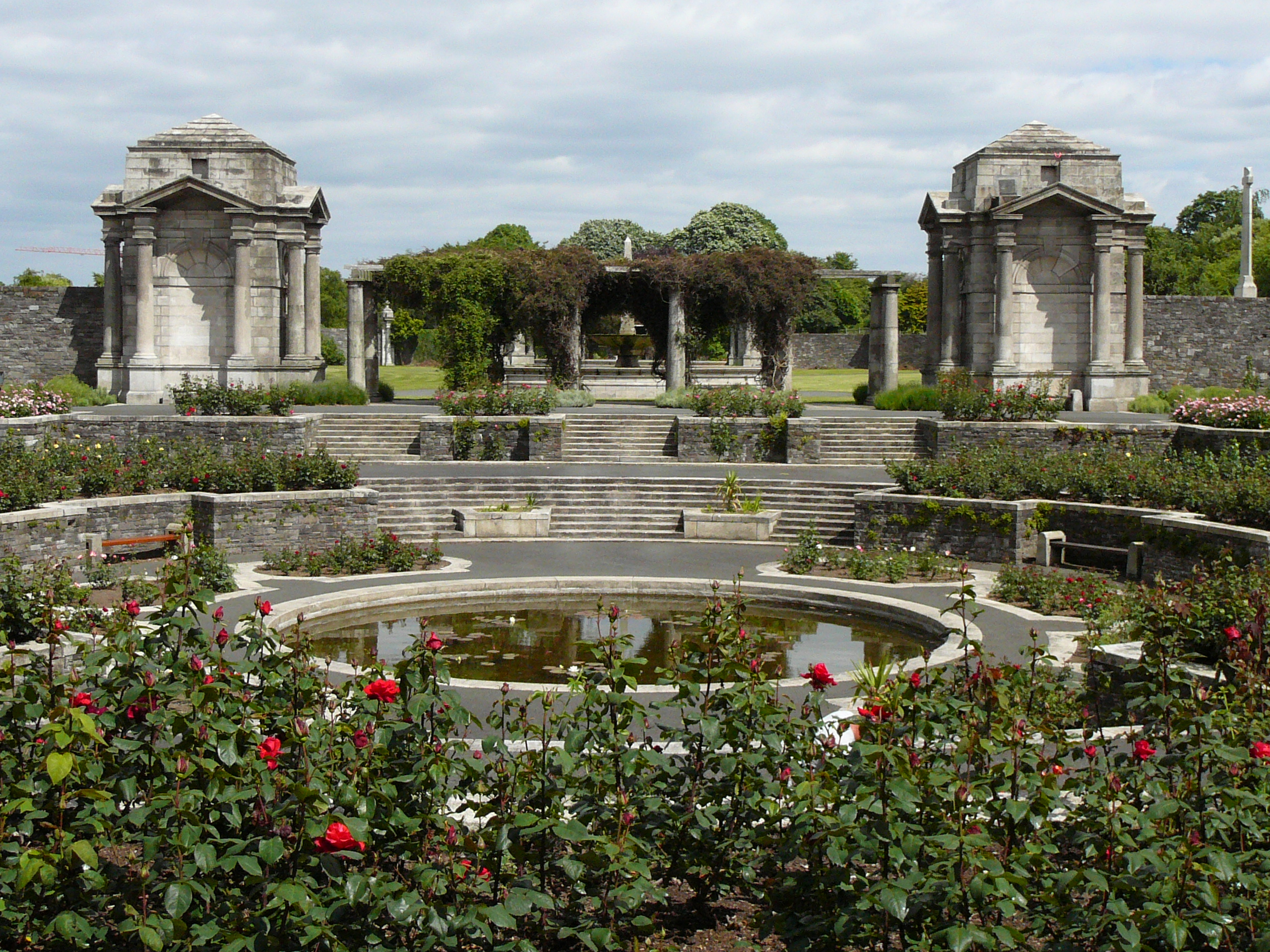 File Memorial Rose Garden Pond Jpg Wikimedia Commons