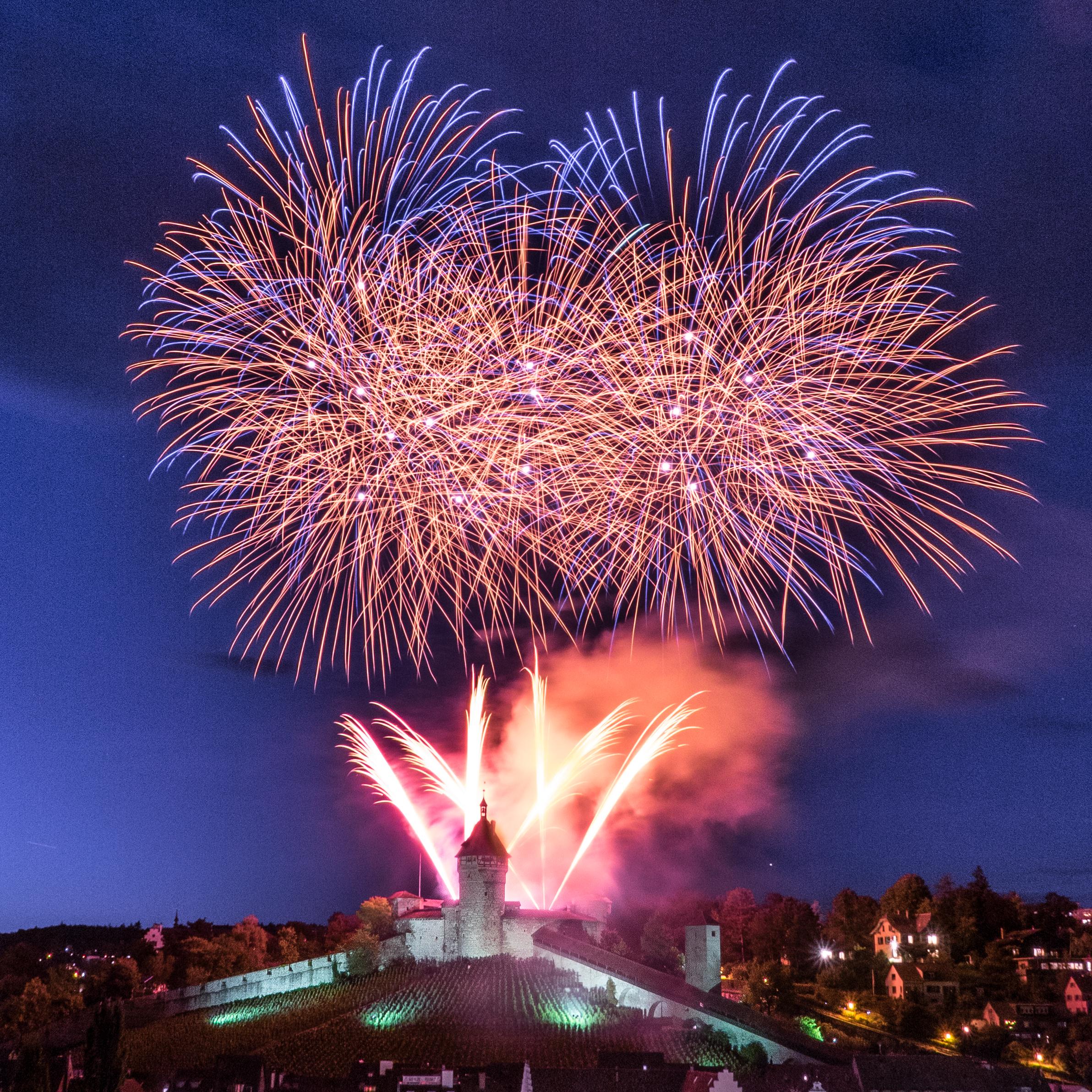 File:Munot Feuerwerk 2014.jpg - Wikimedia Commons