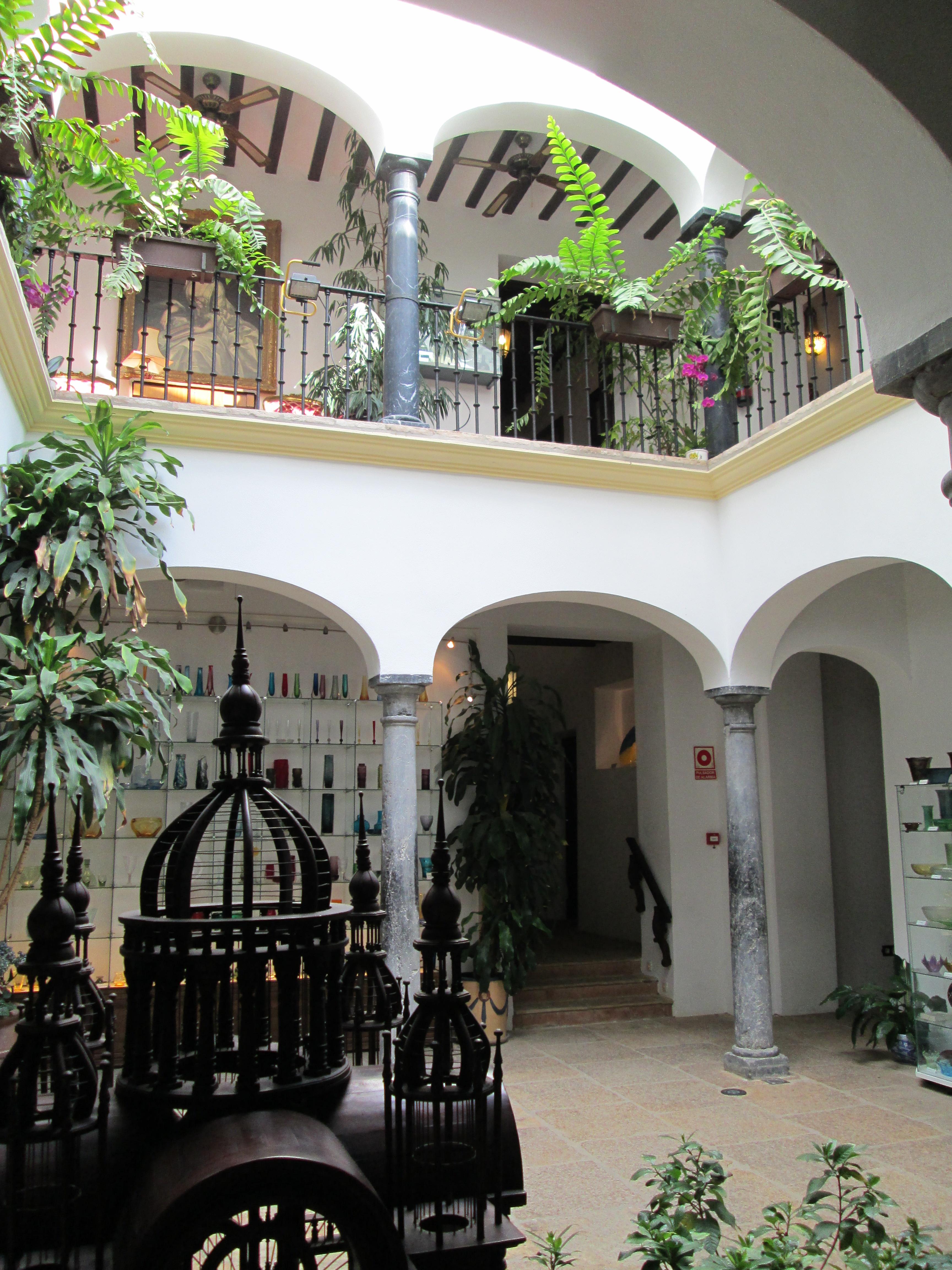 File:Museo del Vidrio y Cristal, Málaga-patio.jpg ...