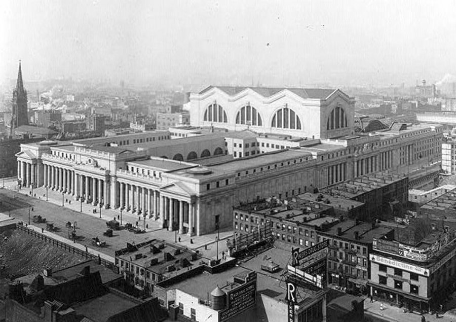 http://upload.wikimedia.org/wikipedia/commons/b/ba/Penn_Station3.jpg