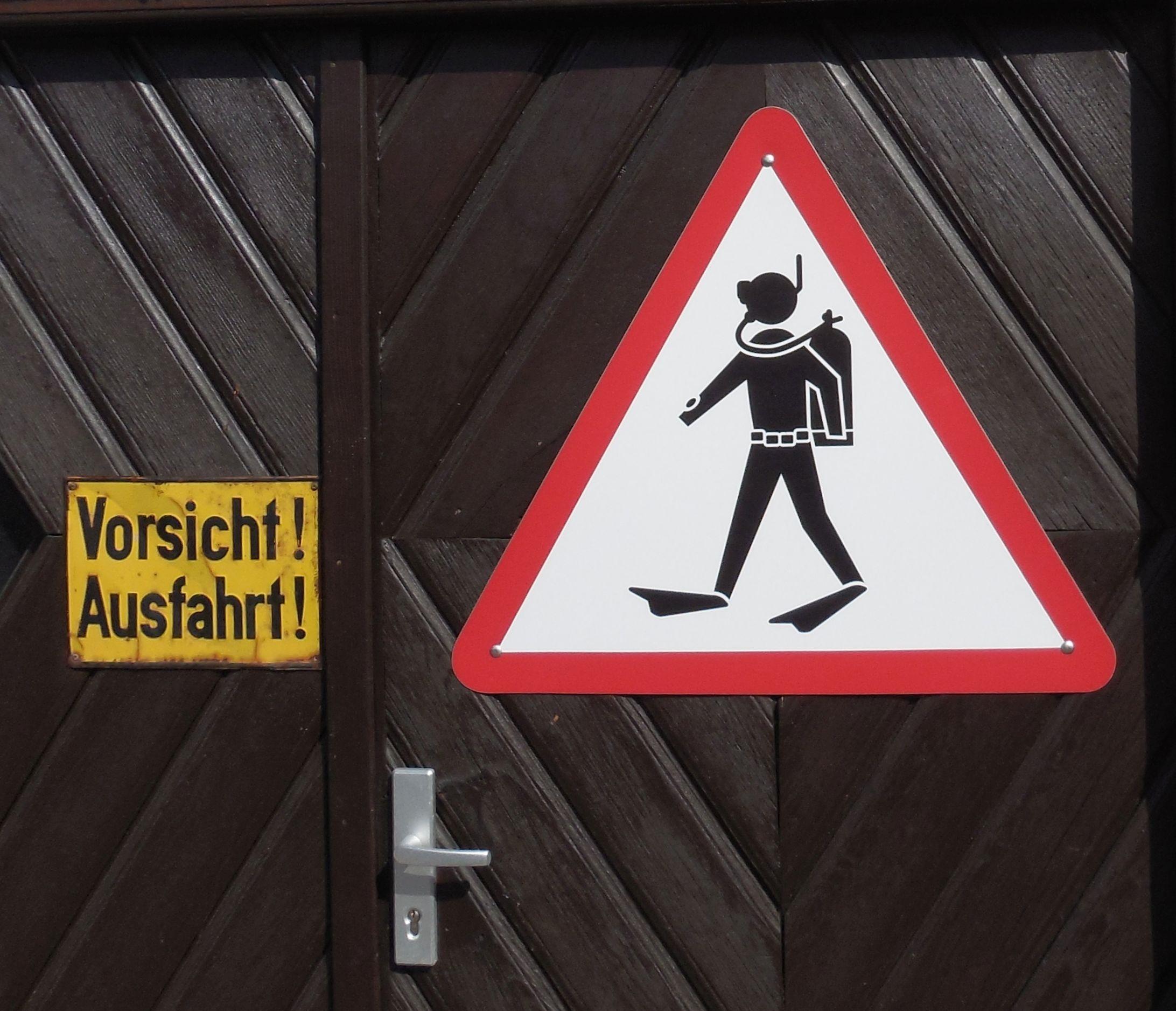 Datei Schild Vorsicht Ausfahrt Achtung Taucher Jpg Wikipedia