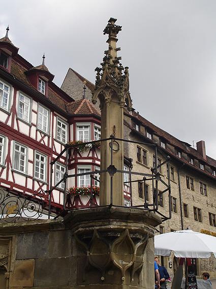 Gotischer Pranger (frühes 16. Jahrhundert) auf dem Marktplatz von Schwäbisch Hall