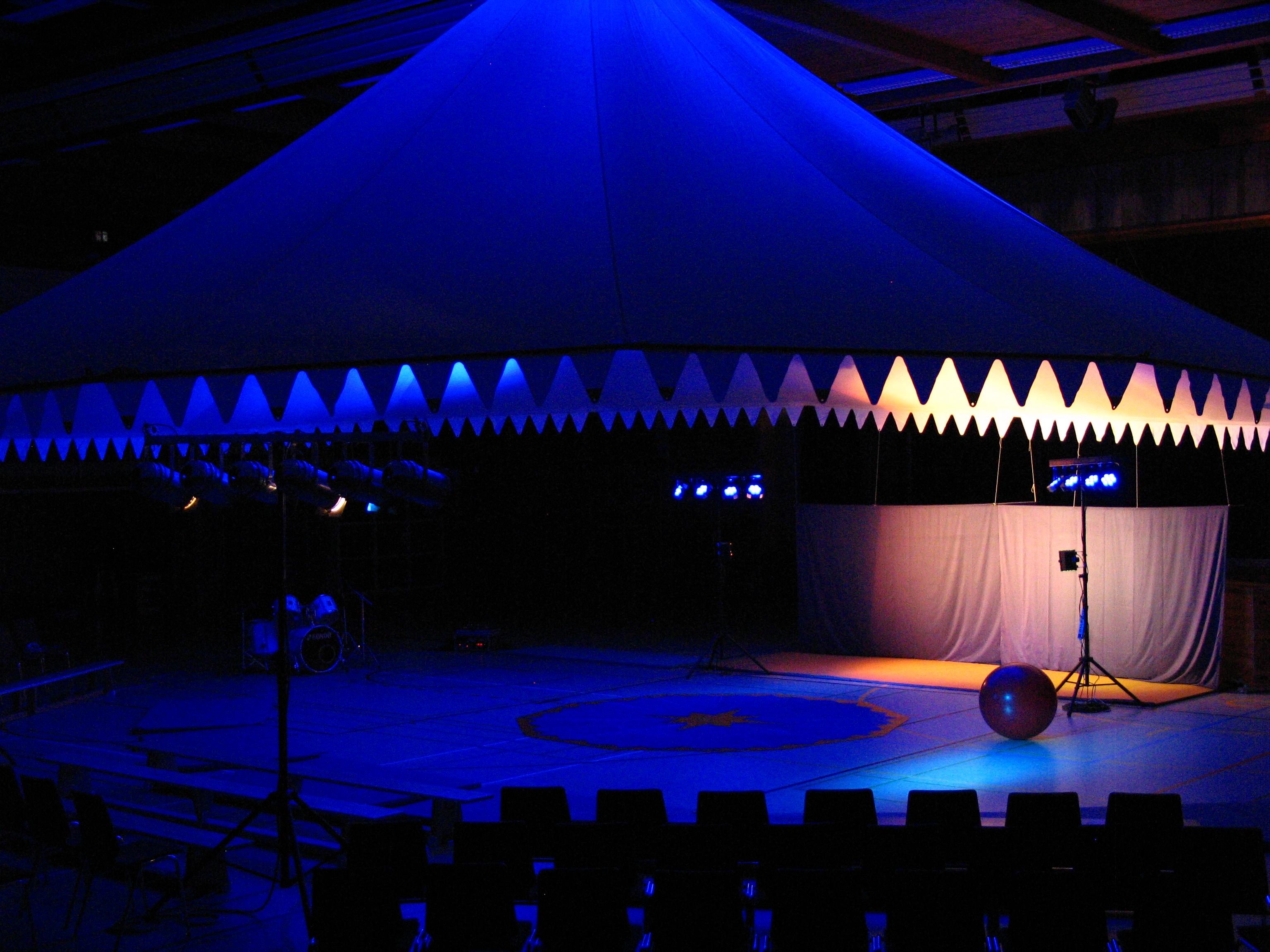 file toussini indoor zelt ansicht au en blau jpg wikimedia commons. Black Bedroom Furniture Sets. Home Design Ideas