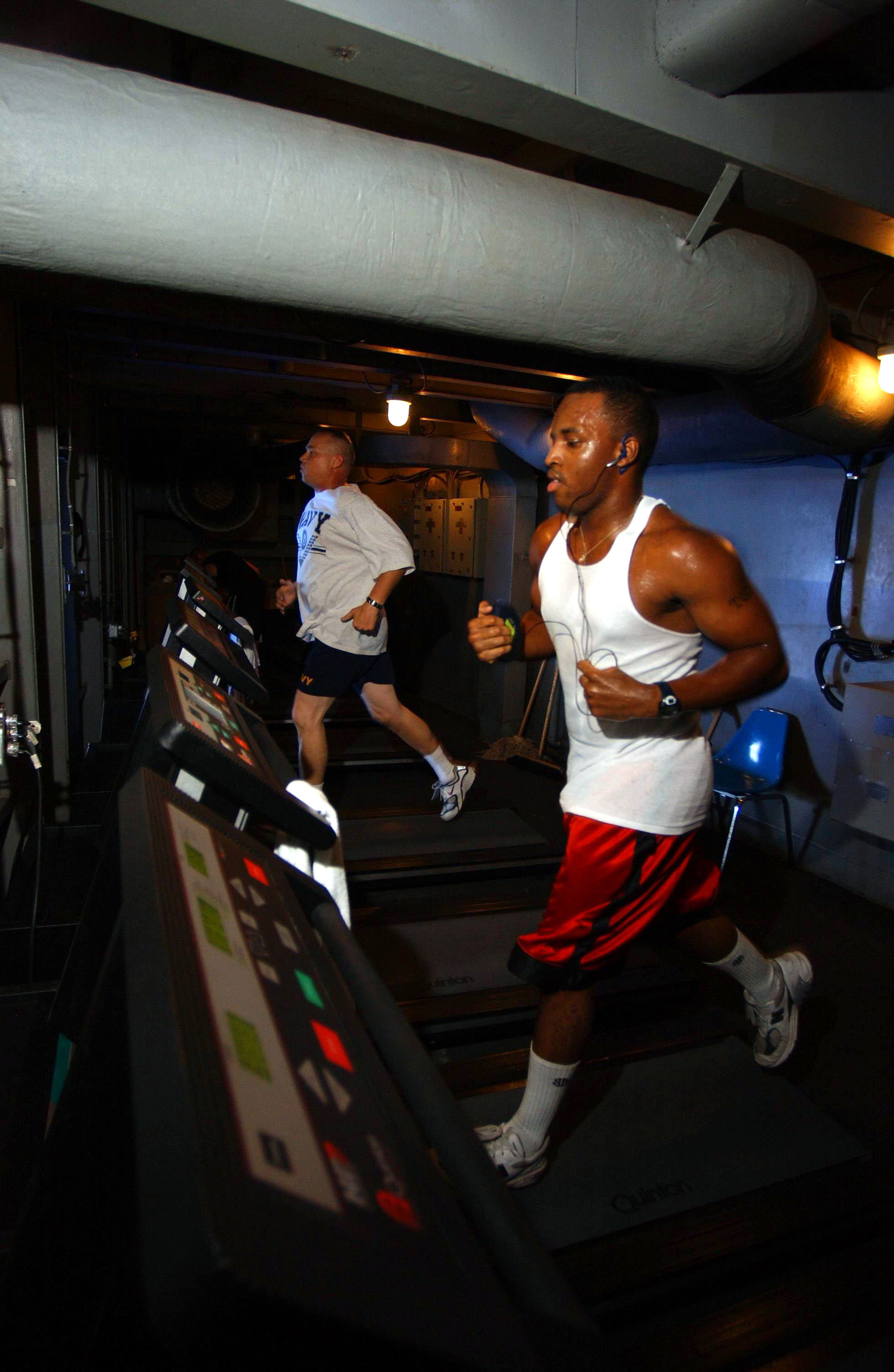 File Us Navy 040803 N 1573o 014 Interior Communications Electrician 3rd Class Otho London From Lindale Texas Takes Time Out Of His Daily Schedule To Run On One Of The Treadmills In The Ship S Gym Aboard