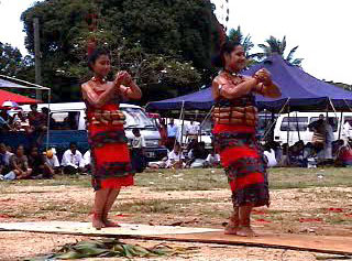 The start of a Tongan tau`olunga dance Ula fu.jpg