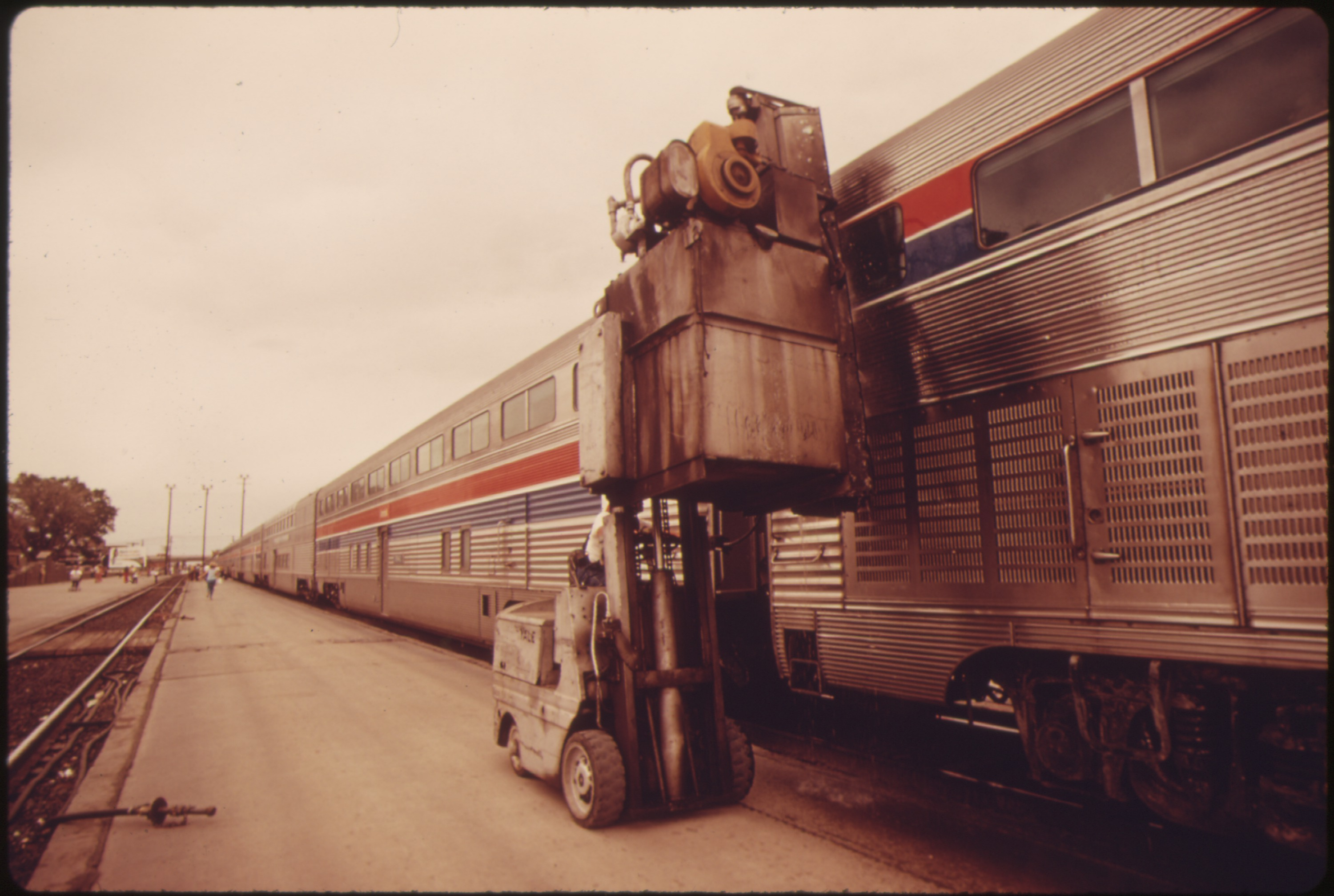 File:WINDOW WASHING EQUIPMENT IS USED ON AMTRAKu0027S SOUTHWEST LIMITED DURING A STOP AT ALBUQUERQUE