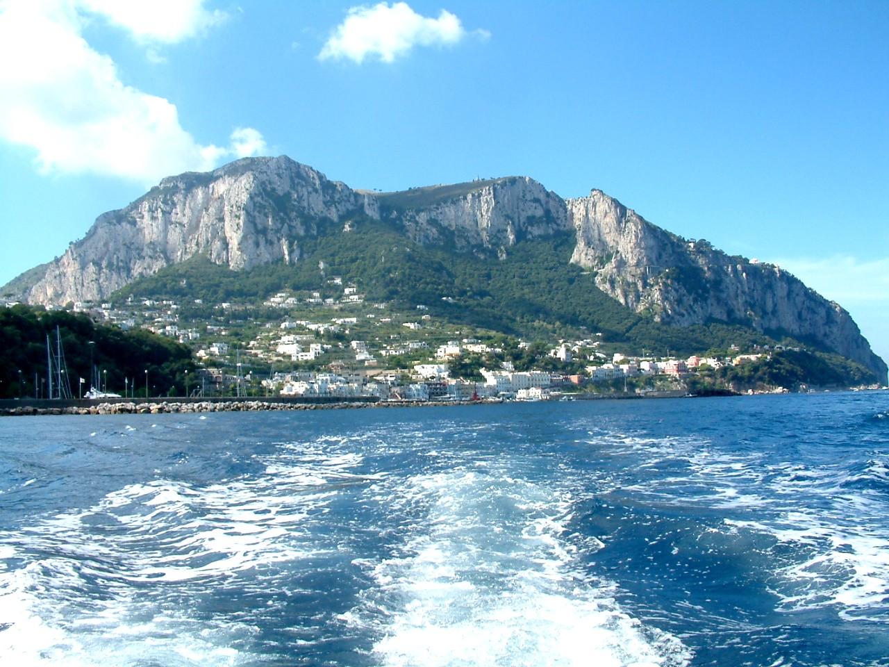 Capri szigete a tenger felől, Olaszország